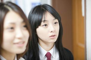 制服姿の女子学生2人アップの写真素材 [FYI02043399]