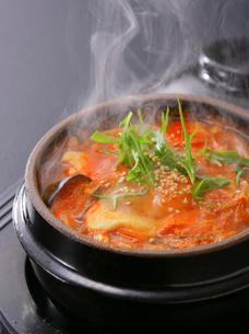韓国料理 チゲ鍋の写真素材 [FYI02043442]