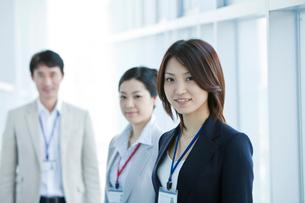 ビジネス 男女3人の写真素材 [FYI02043455]