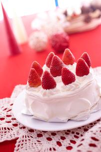 イチゴのデコレーションケーキの写真素材 [FYI02043461]