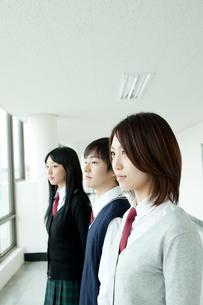 制服姿の学生横顔 男女3人の写真素材 [FYI02043517]