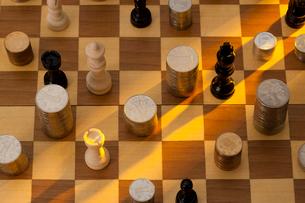 硬貨とチェスの写真素材 [FYI02043592]
