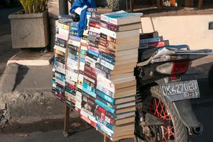 バイクと大量の本の写真素材 [FYI02043624]