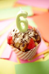 キャンドル「6」を立てたカップケーキの写真素材 [FYI02043652]