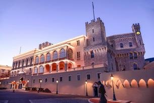 夜のモナコ大公宮殿の写真素材 [FYI02043660]