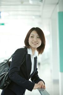バッグを肩にかけるスーツ姿の女性の写真素材 [FYI02043694]