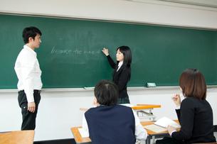 授業中の教師と生徒の写真素材 [FYI02043737]