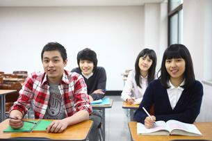 教室の学生たち4人の写真素材 [FYI02043798]