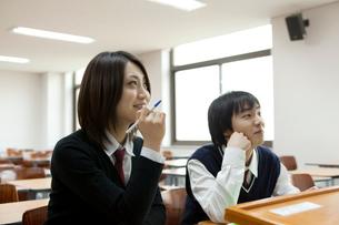 授業を受ける学生 男女2人の写真素材 [FYI02043810]