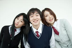 制服姿の学生 男女3人の写真素材 [FYI02043838]