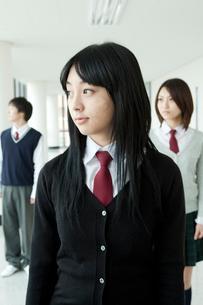 廊下に立つ学生 男女3人の写真素材 [FYI02043970]