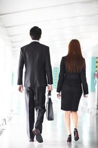 ビジネスマンとビジネスウーマンの後姿の写真素材 [FYI02044001]