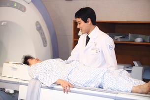 検査をする患者と男性医師の写真素材 [FYI02044036]