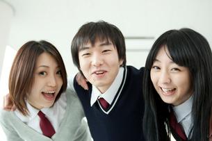 肩を組む学生 男女3人の写真素材 [FYI02044051]