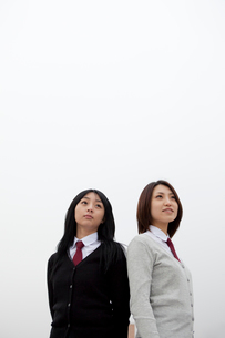 制服姿の女子学生2人の写真素材 [FYI02044101]