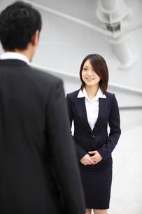 男性と話すビジネスウーマンの写真素材 [FYI02044128]