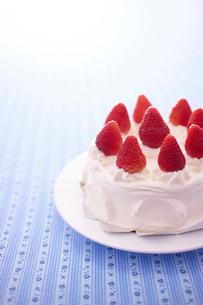 イチゴのデコレーションケーキの写真素材 [FYI02044132]