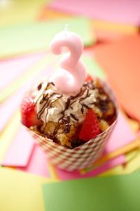 キャンドル「3」を立てたカップケーキの写真素材 [FYI02044162]