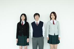 制服姿の学生 男女3人の写真素材 [FYI02044174]