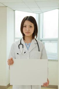 ホワイトボードを持つ女性医師の写真素材 [FYI02044201]