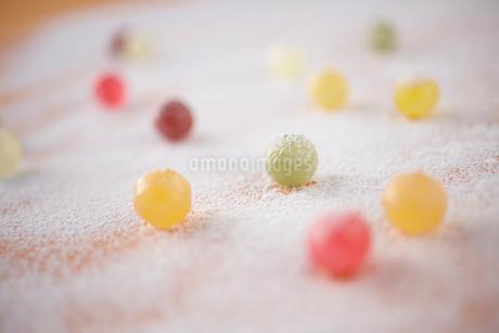 粉の上の飴玉の写真素材 [FYI02044206]