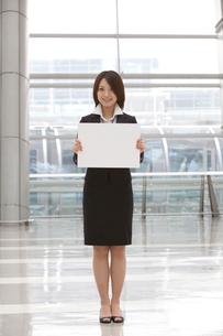 ホワイトボードを持つスーツ姿の女性の写真素材 [FYI02044231]