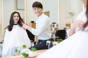 髪を切る女性と美容師の写真素材 [FYI02044262]