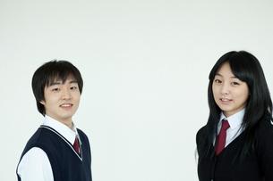 制服姿の学生 男女2人の写真素材 [FYI02044436]