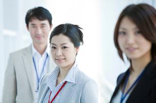 ビジネス 男女3人の写真素材 [FYI02044461]