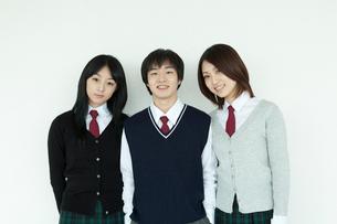 制服姿の学生 男女3人の写真素材 [FYI02044466]