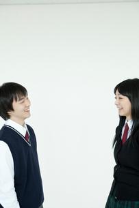 向かい合う笑顔の学生 男女2人の写真素材 [FYI02044477]