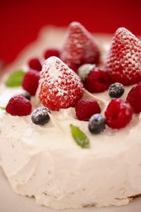 デコレーションケーキのアップの写真素材 [FYI02044533]