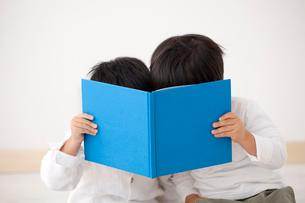 本を読む男の子2人の写真素材 [FYI02044576]
