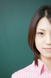 黒板の前の女子学生アップの写真素材 [FYI02044582]