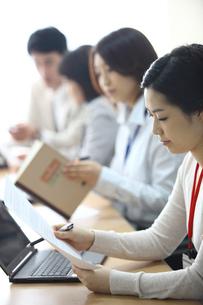 オフィス会議のビジネス男女4人の写真素材 [FYI02044583]