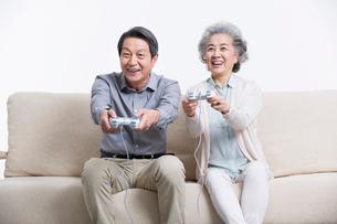 ゲームをする老夫婦の写真素材 [FYI02044605]