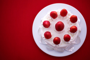 イチゴのデコレーションケーキの写真素材 [FYI02044618]