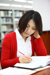 図書室で勉強する女子学生の写真素材 [FYI02044654]