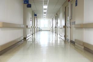 病院の廊下の写真素材 [FYI02044671]