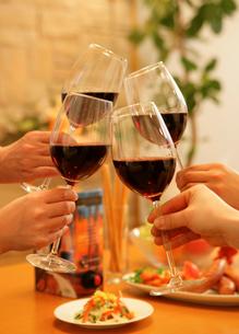 ワイン 乾杯の写真素材 [FYI02044686]