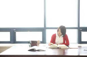 勉強する女子学生の写真素材 [FYI02044689]