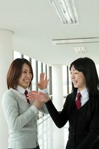 笑顔の女子学生2人の写真素材 [FYI02044730]