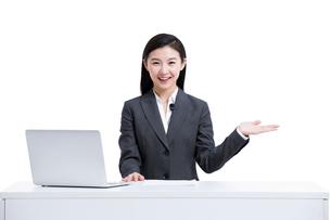 案内をする若いビジネスウーマンの写真素材 [FYI02044733]