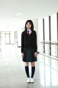 廊下に立つ制服姿の女子学生の写真素材 [FYI02044734]