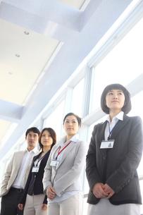 窓辺のビジネス男女4人の写真素材 [FYI02044742]