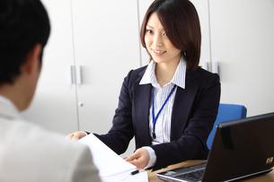 男性と話すオフィスのビジネスウーマンの写真素材 [FYI02044778]