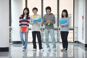 廊下に立つ学生たち4人の写真素材 [FYI02044789]