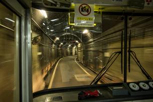 立山トンネルトロリ-バスの写真素材 [FYI02045348]