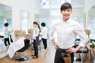 笑顔の美容師の写真素材 [FYI02045360]