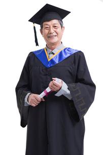 卒業生姿のシニア男性の写真素材 [FYI02045388]